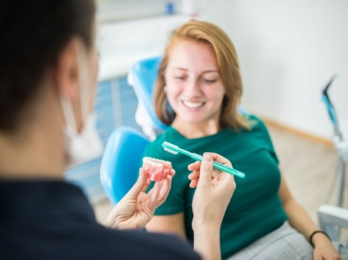 Uśmiechnięta pacjentka u stomatologa